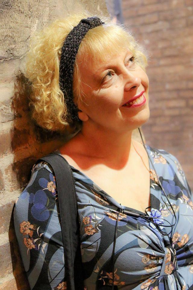 attrice, cabarettista, presentatrice, cantante
